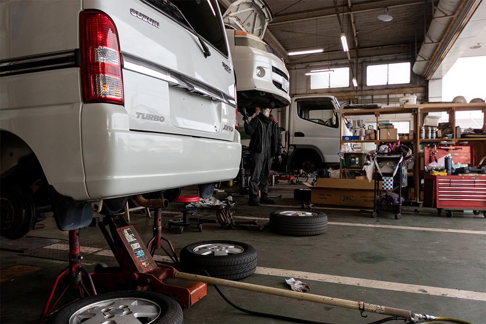 板倉自動車の整備工場