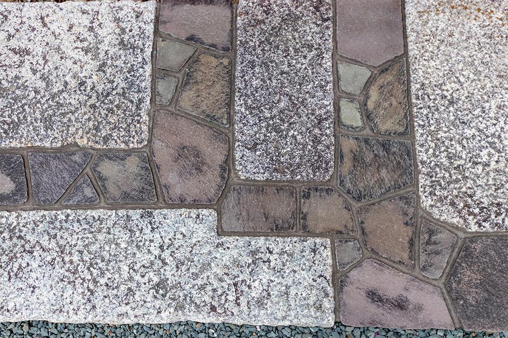 石貼りの庭園
